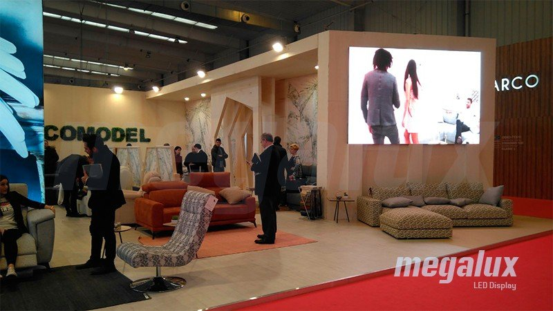 Acomodel estrena pantalla publicitaria LED Megalux en la feria de Zaragoza