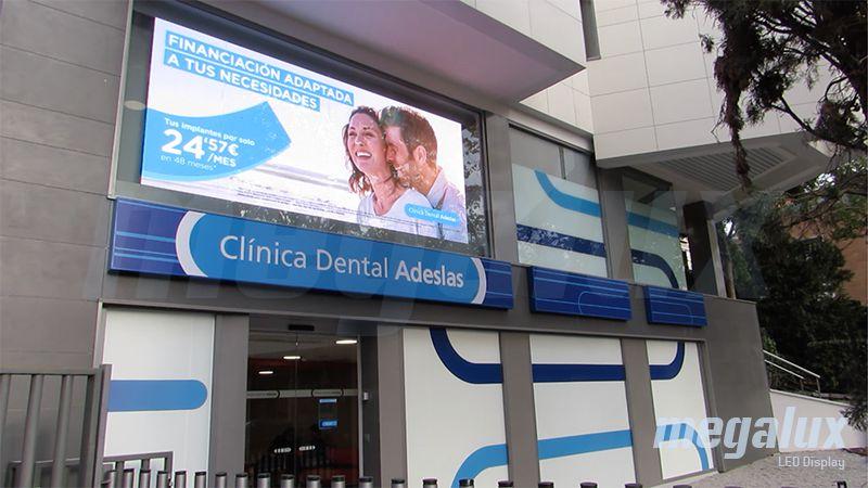 Gran pantalla LED publicitaria Megalux en la Plaza de los Delfines de Madrid
