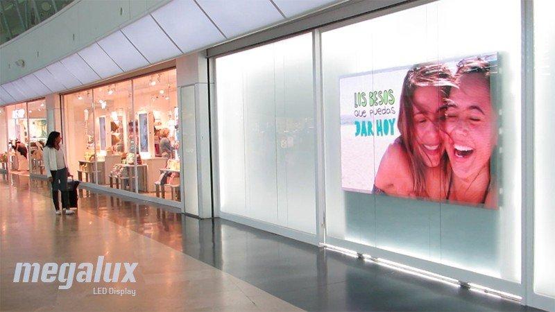 El Aeropuerto Internacional de Valencia luce pantalla LED publicitaria Megalux