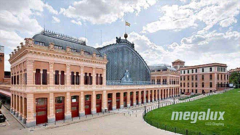 La estación de Atocha de Madrid luce iluminación de Megalux