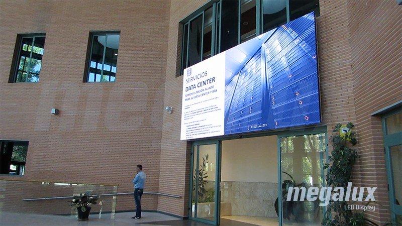 La multinacional COS instala gran pantalla LED Megalux en su sede central