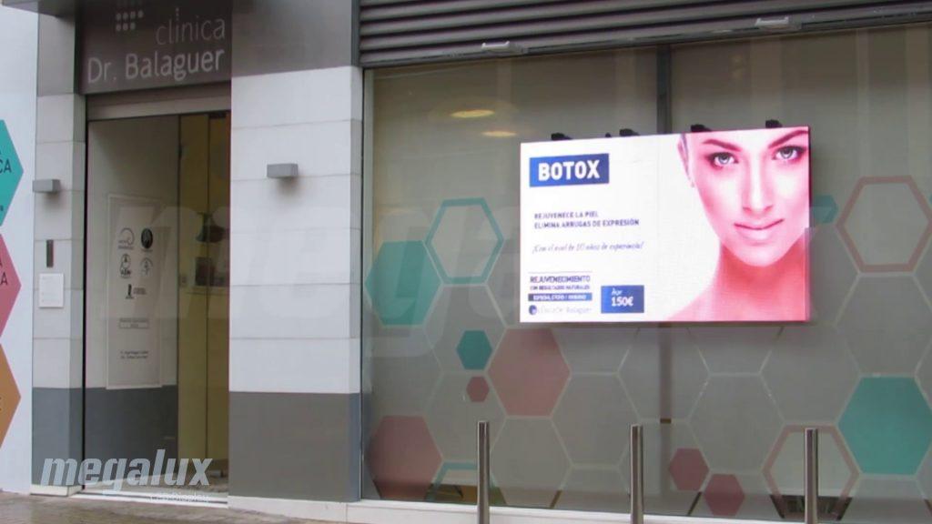 La Clínica Avanza elige a Megalux para su publicidad digital en escaparate