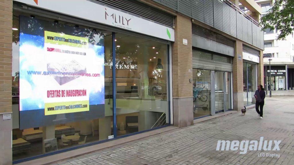 Impactantes pantallas LED publicitarias Megalux en frente de Carrefour Campanar
