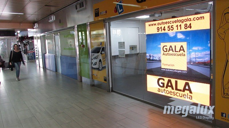 Pantalla LED publicitaria Megalux dentro de la estación de Moncloa