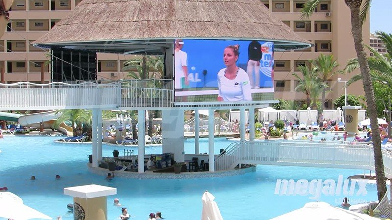El Gran Hotel Magic triunfa con 60 m2 de pantallas LED Megalux en la piscina