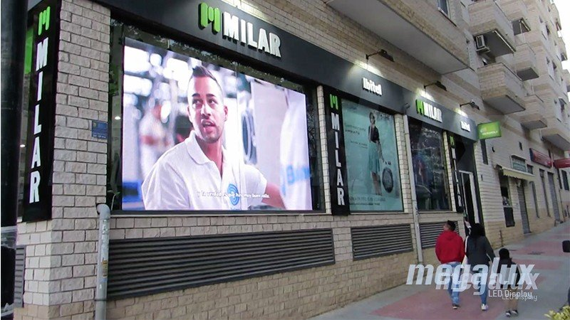 Espectacular pantalla LED Megalux en el escaparate de Milar Ibitel