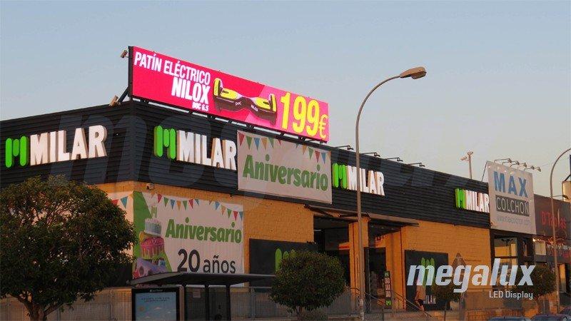 Gran pantalla publicitaria LED Megalux en el centro comercial El Osito