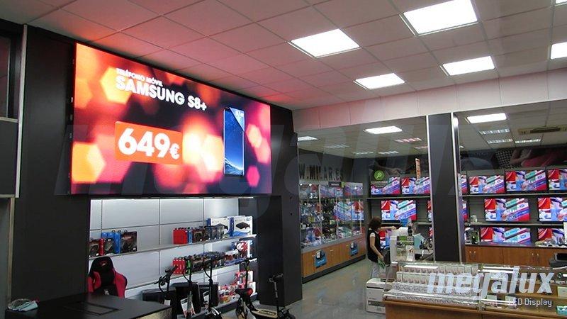 Impactante pantalla LED gigante Megalux en el interior de un comercio de Ribera Alta