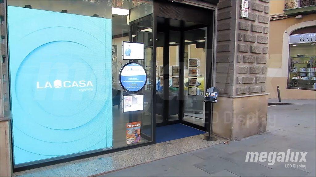 La inmobiliaria La Casa Agency en Barcelona opta por pantalla LED Megalux de escaparate