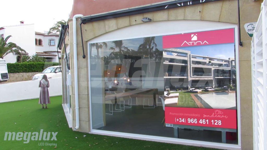 Atina instala una pantalla LED publicitaria Megalux para su sede en Jávea