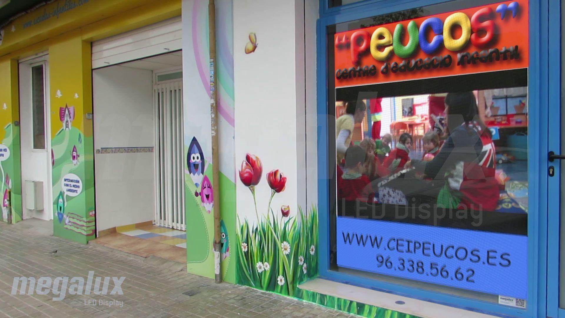 El centro de educación Peucos se promociona con una pantalla LED de Megalux