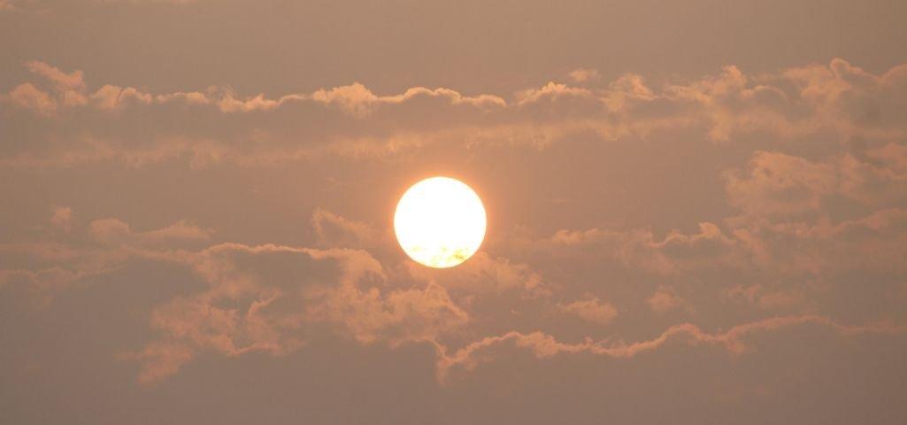 ¿Puede afectar el sol del verano a mi pantalla LED publicitaria